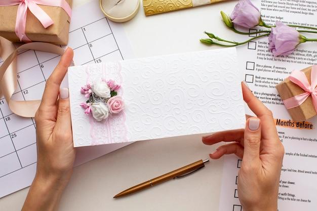 Mãos femininas segurando um envelope de casamento