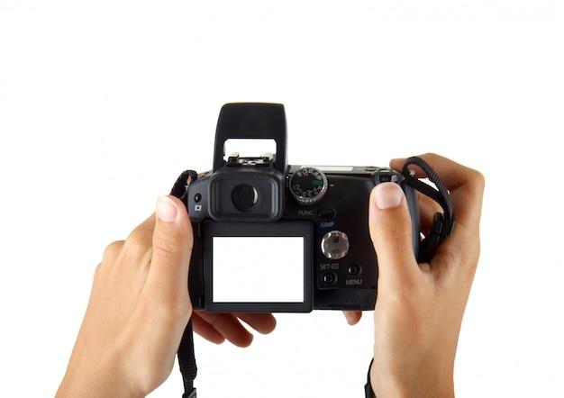 Mãos femininas tirando foto com câmera digital