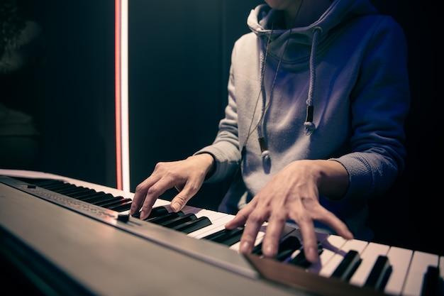 Mãos femininas tocam piano