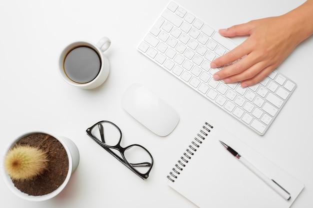 Mãos femininas, usando, teclado, e, rato