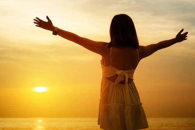 Mãos humanas abrem a palma da adoração. a terapia eucaristia abençoa deus ajudar ao arrependimento páscoa católica quaresma mente ore.