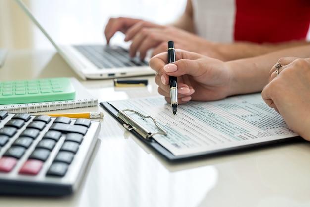 Mãos humanas com 1040 formulário de imposto closeup. conceito de tributação