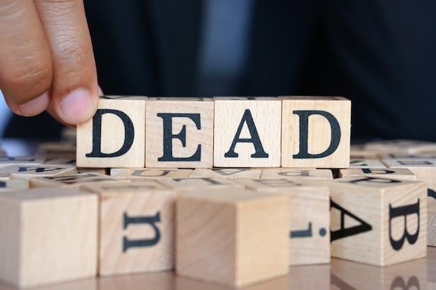 Mãos humanas contra a palavra morto