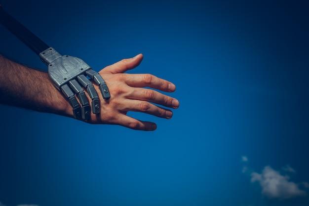 Mãos humanas e de robôs, um símbolo de conexão entre as pessoas e a tecnologia de inteligência artificial