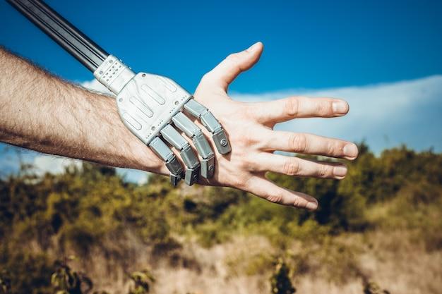 Mãos humanas e robôs um símbolo de conexão entre as pessoas e a tecnologia de inteligência artificial