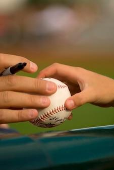 Mãos humanas, segurando bola