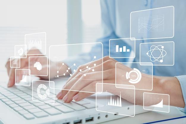 Mãos humanas trabalhando em um laptop moderno