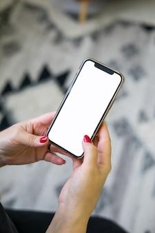 Mãos isoladas usando telefone celular com trajeto de grampeamento: mãos de mulher usando telefone móvel, inteligente no bokeh colorido da noite rua fundo: conceito de telefone móvel de tecnologia. foto de alta qualidade