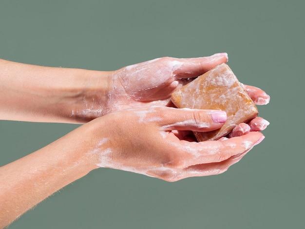 Mãos lavando com barra de sabão
