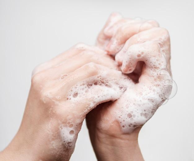 Mãos lavando com sabão