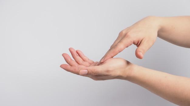 Mãos, lavando o gesto sobre fundo branco.