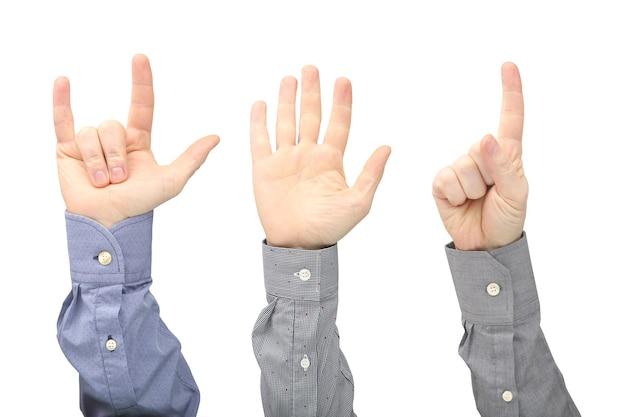 Mãos levantadas de diferentes homens isolados.