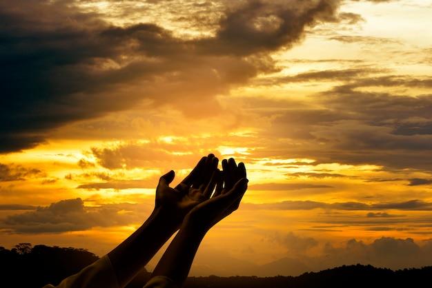 Mãos masculinas com a palma da mão aberta rezando para deus