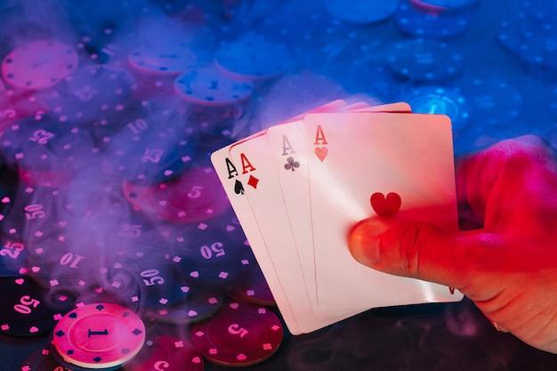 Mãos masculinas com cartas de ases