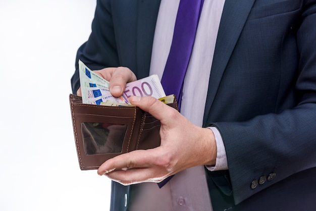 Mãos masculinas com carteira isolada