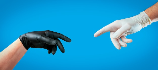Mãos masculinas com luvas