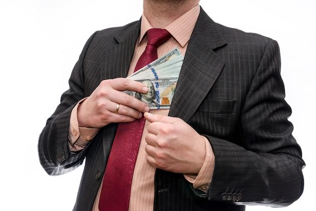 Mãos masculinas com notas de dólar no bolso