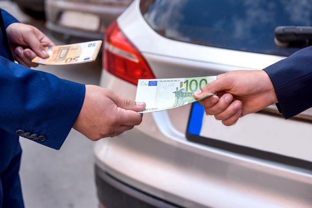 Mãos masculinas com notas de euro fecham
