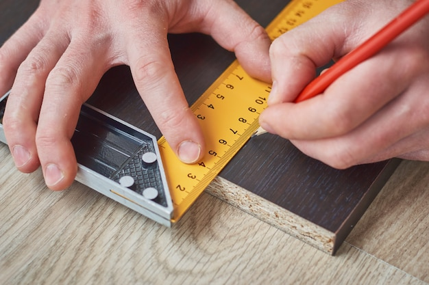 Mãos masculinas, com, régua, e, lápis, fazendo medida, de, um, prancha madeira