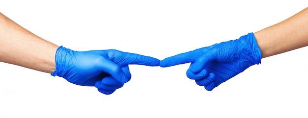 Mãos masculinas e femininas em luvas médicas se estendem para o outro. conceito de ajuda.