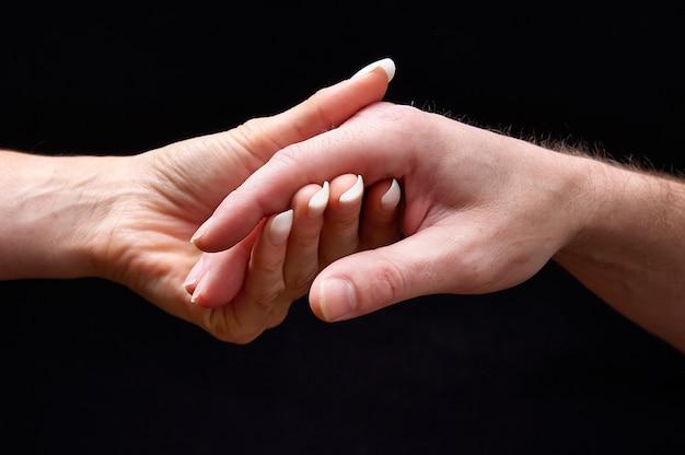 Mãos masculinas e femininas juntas