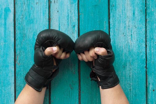 Mãos masculinas em luvas de boxe