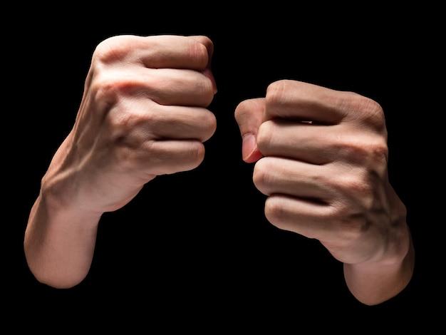 Mãos masculinas em um fundo preto.