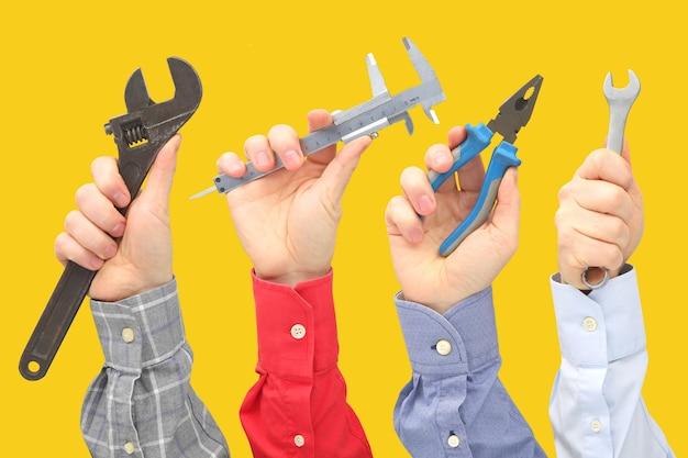 Mãos masculinas levantadas com diferentes gestos e objetos da profissão. negócios e propósito na vida. vencedor do concurso. procura de emprego. linguagem de sinais nos relacionamentos