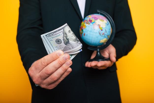Mãos masculinas segurando dinheiro para descansar, viajar e exibi-lo na câmera