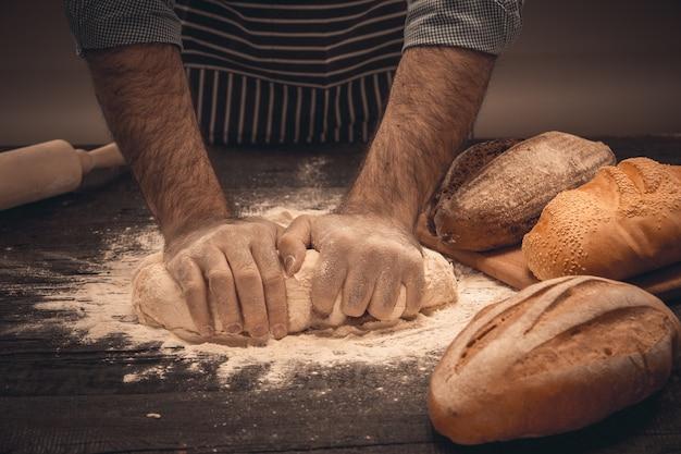 Mãos masculinas sove a massa. chef cozinhando pão e pão