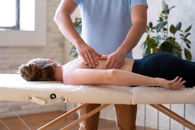 Mãos massageando as costas de perto