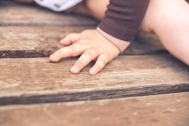 Mãos minúsculas e pés de um bebê
