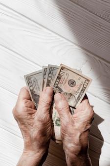Mãos mostrando dinheiro vista superior