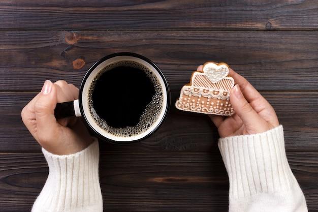 Mãos mulher, com, xícara café, com, biscoitos