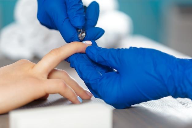 Mãos mulher, recebendo, um, manicure, em, salão beleza