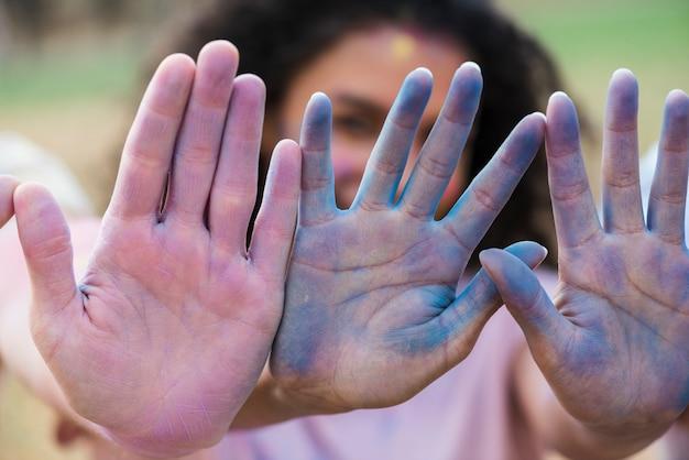 Mãos multicoloridas no festival de holi