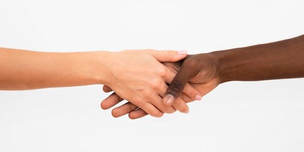 Mãos multirraciais se juntando