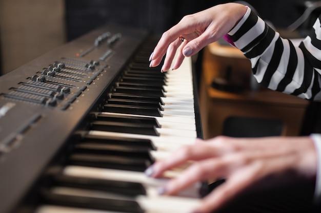 Mãos música, sintetizador, piano