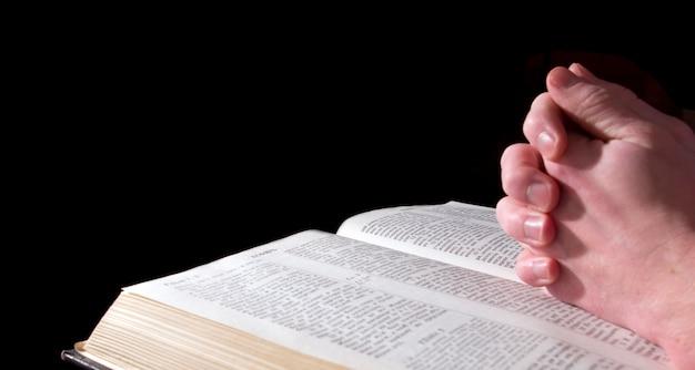 Mãos na bíblia