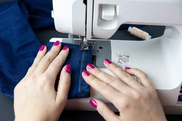 Mãos na máquina de costura