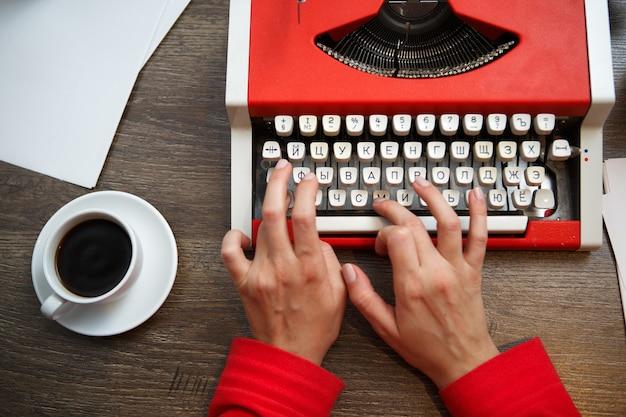 Mãos na máquina de digitação