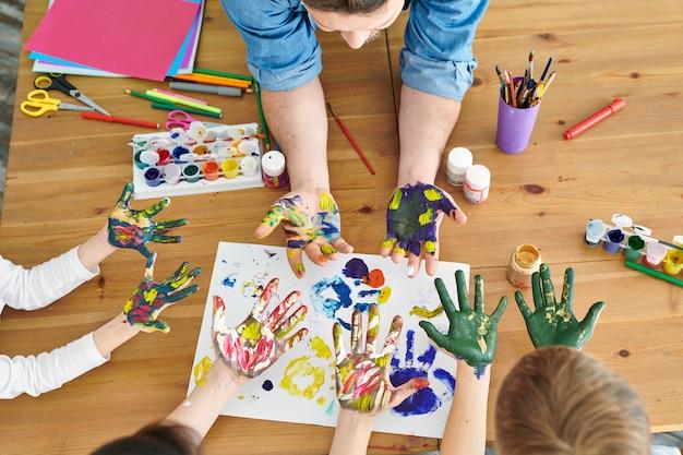 Mãos na pintura