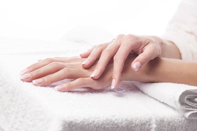 Mãos na toalha - manicure no spa