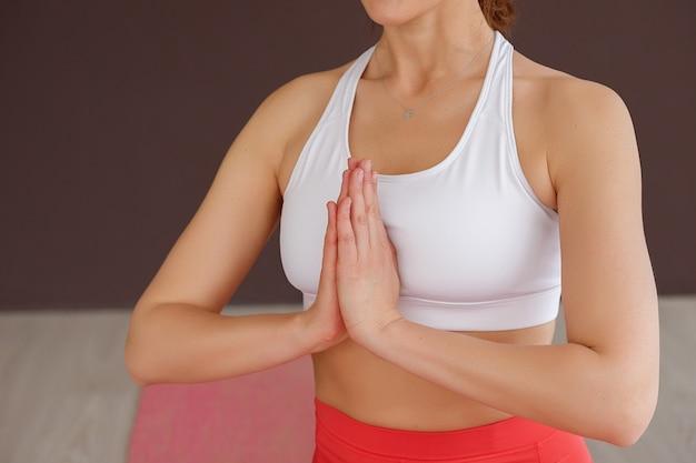 Mãos namaste. manhã yoga e meditação.