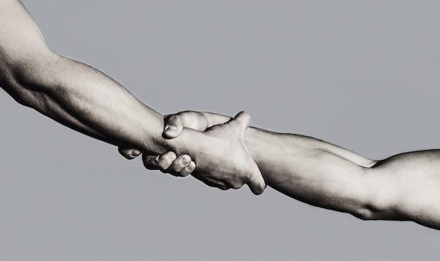 Mãos no fundo do céu azul. conceito de mão amiga e internacional