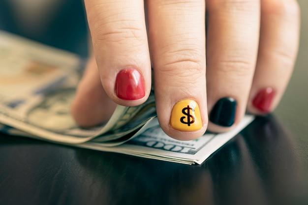 Mãos nos contando notas de dólar. conceito de negócio, contando dinheiro. um rapper rico com dinheiro. manicure masculina