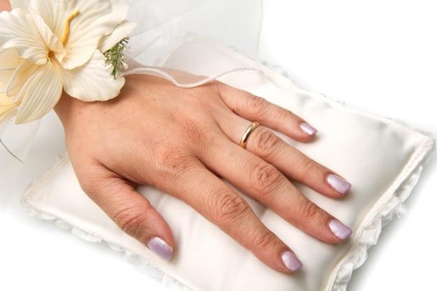 Mãos nupciais com anel de casamento