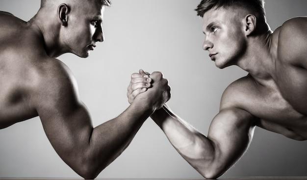 Mãos ou braços de homem. mão musculosa. duas mãos. homens musculosos medindo forças, braços
