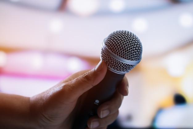 Mãos, pessoas negócio, segurando, microfones, para, fala, e, falando, em, conferência