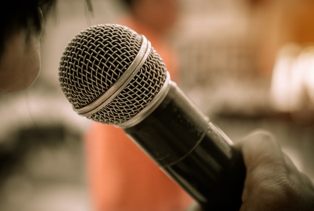Mãos, pessoas negócio, segurando, microfones, para, fala, ou, falando, em, seminário, sala
